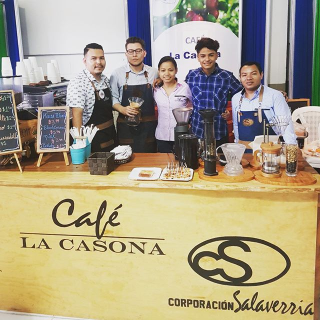 Happy to celebrate #internationalcoffeeday with local coffee producers and roasters from #ElSalvador ☕️#elsalvadorcoffee #coffeepackaging #customcoffeebags #coffeepackagingprinting