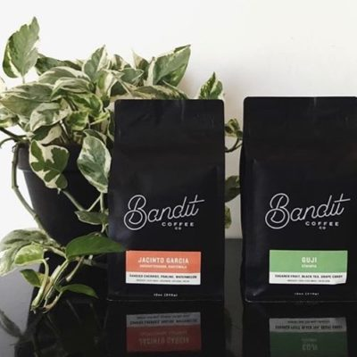 Keeping coffee simply delicious @banditcoffeeco, a multi-roaster #coffeebar in #StPetersburgFL 🖤#specialtycoffee #coffeepackaging #customcoffeebags #coffeepackagingprinting 📷: @banditcoffeeco