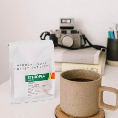 Serving up stellar #specialtycoffee and hospitality @hiddenhousecoffee in #santaana #la #greatbrandsgreatpackage #coffeepackaging #customcoffeebags #coffeepackagingprinting #regram 📷: @hiddenhousecoffee