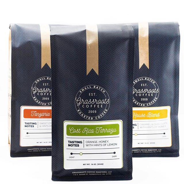 💚 this beautiful new #packaging @grassrootscoffee, which has been roasting small batches of delicious #specialtycoffee in #georgia since 2009 #greatbrandsgreatpackage #coffeepackaging #customcoffeebags #coffeepackagingprinting 📷: @grassrootscoffee