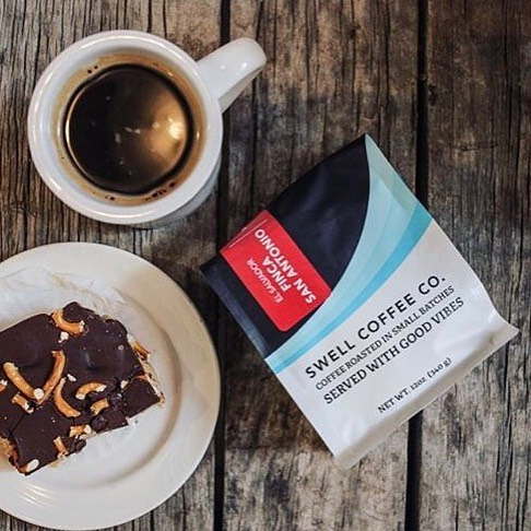 Roasted in small batches and served with good vibes @swellcoffeeco_  #qualityinsideout #coffeepackaging #customcoffeebags #coffeepackagingprinting 📷: @swellcoffeeco_
