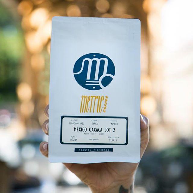 Radiant coffees made by humans @metriccoffee 🌟 #specialtycoffeeroaster #chicagocoffee #coffeepackaging #customcoffeebags 📷: @metriccoffee