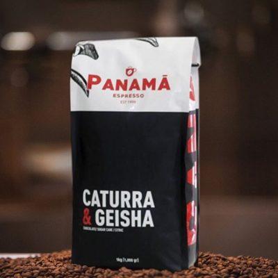 La fusión perfecta para deleitar los paladares más exigentes de Panamá @cafepanamaespresso #caturraygeisha #panamacoffee #specialtycoffeeroaster #coffeepackaging 📷: @cafepanamaespresso