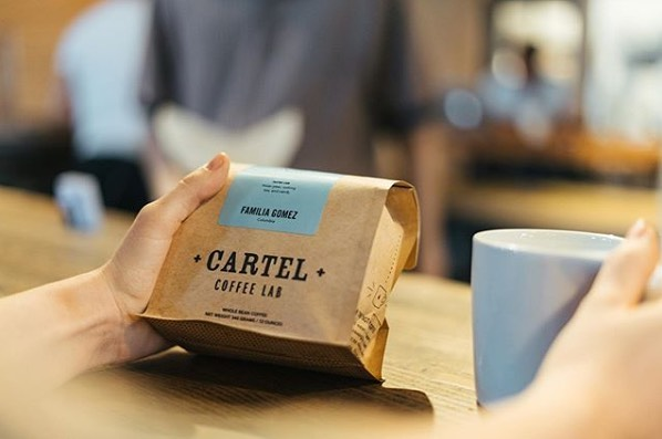 Roasted in sunny Arizona ☀️@cartelcoffeelab #cartelcoffeelab #specialtycoffeeroaster #coffeepackaging #customcoffeebags 📷: @cartelcoffeelab